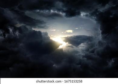 Loch in den dunklen und dramatischen Sturmwolken