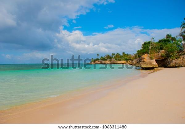 Holguin, Guardalavaca Beach, Kuba: Karibisches Meer mit wunderschönem, türkisblauem Wasser, sanftem Sand und Palmen. Paradies Landschaft.