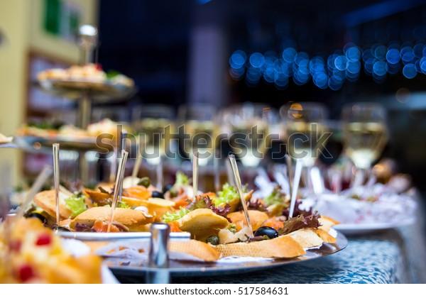 Frühstücksbuffet mit verschiedenen Kappenreihen, Sandwiches, Snacks für das Essen im Restaurant