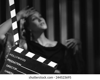 Hollywood, schwarz-weiß, eine schöne Schauspielerin und eine Tafel - minimale Beleuchtung, starker Kontrast