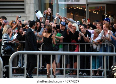 """HOLLYWOOD, CA- JUNE 1: Actress Sandra Bullock says thanks to her fans at the premiere of her movie """"The Proposal"""" held at El Capitan Theatre in Hollywood, June 1, 2009 in Hollywood, CA."""
