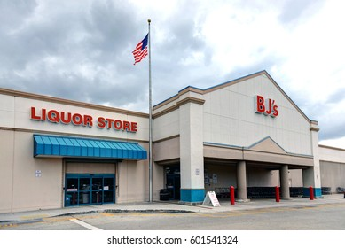 HOLLYWOOD, FL, USA - MAR 5, 2017:  BJ's is a membership only Wholesale Club with over 200 locations mainly on the East Coast of the USA. This location at Oakwood Plaza has an adjacent liquor store.