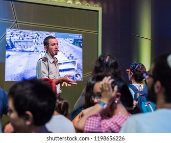 """Holon, Israel, 27 September, 2018 : Army instructor tells visitors about the principle of modern 3D technology at the army exhibition """"Our IDF"""""""