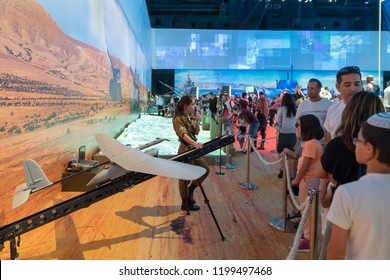 """Holon, Israel, 27 September, 2018 : The instructor tells visitors how to use unmanned aerial vehicles in the army at the army exhibition """"Our IDF"""""""