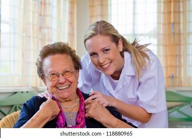 eine Krankenschwester besucht einen Patienten