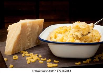 Hausgemachte Makkaroni und Käse mit frischem Pandano-italienischem Käse.