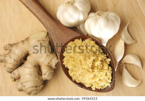 木のスプーンにニンニクと生姜を入れた家庭で作られたペースト