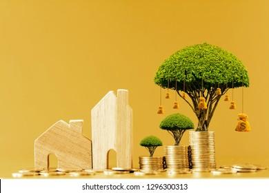 Modelo de casa y acumular moneda de oro con una bolsa de árbol de valor y dinero creciente como destinos puestos en la mesa en la oficina, Inversión de negocios y préstamo para bienes raíces o concepto de compra de casa.