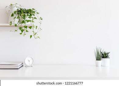 Home Office minimaler Arbeitsplatz Schreibtisch mit Efeu.