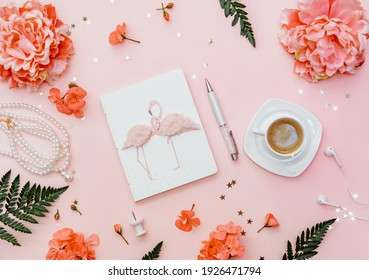 Home Office-Arbeitsplatz auf rosafarbenem Hintergrund. Blogger-Konzept mit Kaffee und Notebook. Flaches Laienzubehör.