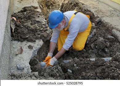 Wohnungsrenovierung, Klempnerbefestigung der Abwasserleitung am Bauort