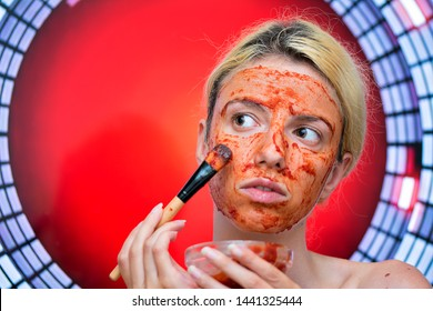 A homemade face mask with tomato, garlic and honey for detoxifying the skin and for black heads and acne