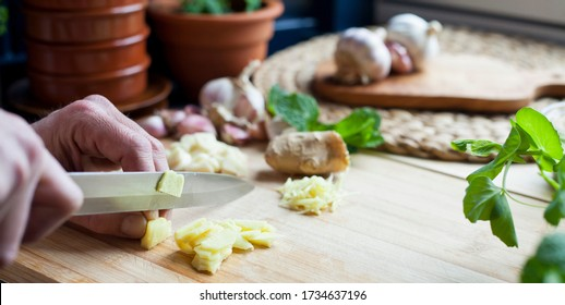 Comida casera - preparación en la cocina, jengibre y receta cortada en ajo. Cocina casera -delicioso marinato asiático para carnes y mariscos- jengibre, ajo, menta, perejil y chiles machacados.