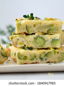 Frittata maison avec brocoli, fromage et pois.