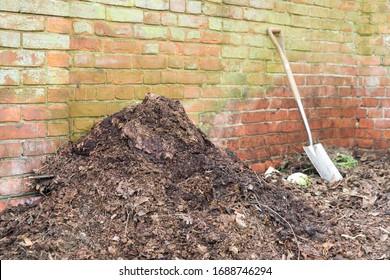 Jabón de compost casero con molde de hoja para uso como mantillo o fertilizante orgánico, Reino Unido