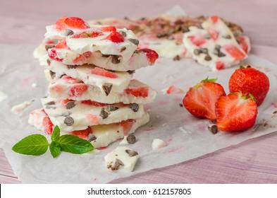 Hausgemachte, gesunde, gefrorene Erdbeerjogurt auf rustikalem Holzhintergrund