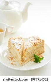 Gâteau Napoléon fait maison avec de la crème au beurre. Mise au point sélective.