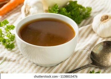 Bouillon d'os de boeuf bio fait maison dans un bol
