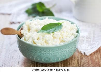 Zelfgemaakte Ricotta kaas door een kruik melk