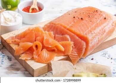Saumon fumé maison, nourriture saine sur table en bois rustique