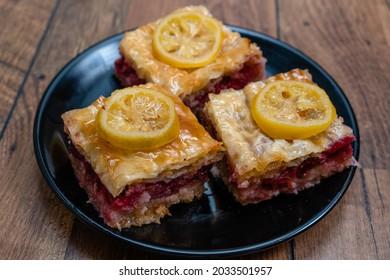 Hausgemachtes Süßgebäck aus Filoschichten, gefüllt mit Nüssen, Kirschen und gesüßt und zusammen mit Sirup oder Honig gehalten.