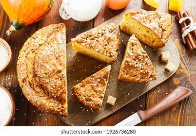 Gâteau à la citrouille sur table en bois