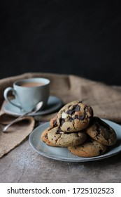 手作りのタヒニチョコレートチップクッキーとお茶1杯