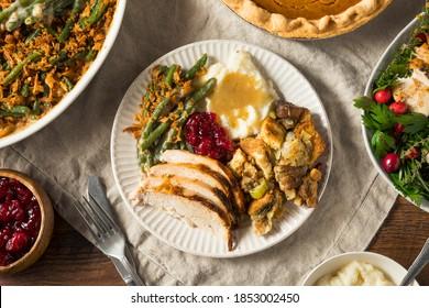 hausgemachte Thanksgiving-Türkei Plättchen mit Cranberry Stuffkartoffeln und Bohnen