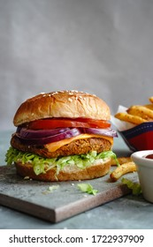 Veggie Burger fait maison avec un Jackfruit tendre avec frites latérales, mise au point sélective