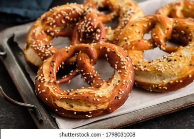 Des bretzels de repas complets faits maison avec sésame et sel. Oktoberfest.