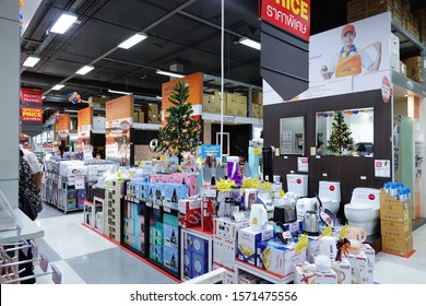 Homepro,Bangkok,Thailand - 10/10/19 : Peoples are shopping and paying money in Homepro houseware shopping center at Ngamwongwan district on 10/10/19.