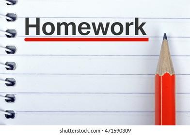 Texte à la main sur le bloc-notes et le crayon rouge