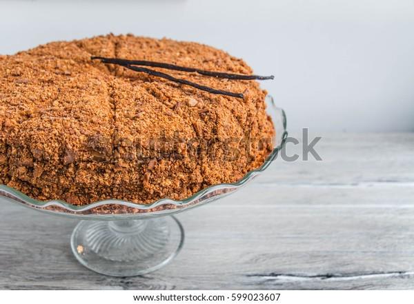 honey cake with vanilla sticks