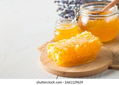 crevette à miel et peigne de miel. noix et pommes au miel et noix de différentes sortes