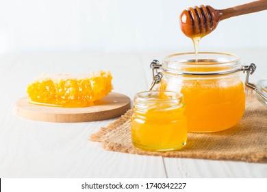 poivron à miel et peigne de miel. noix et pommes au miel et noix de différentes sortes