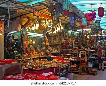 HONG KONG, CHINA – NOVEMBER 20, 2005: Shoppers at Cat Street historical market. Original bazaar  evolved into a famous market for antiques and second hand items.