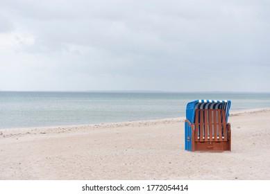 Gehobener Strandstuhl an der Ostsee in Schleswig-Holstein, Deutschland