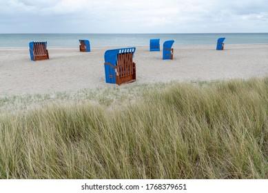 Gehobener Liegestuhl am Blatischen Meer, Schleswig-Holstein, Deutschland
