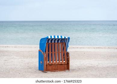 Gedeckte Liegestühle an der Ostsee bei Olpenitz in Schleswig-Holstein