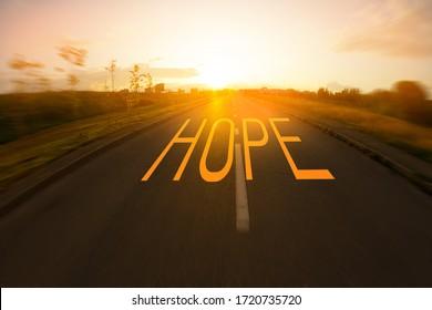 Hope Concept Image. Sonnenuntergang auf der Straße