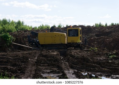 Horizontal directional drilling machine, machine for installing underground pipes and conduits along a prescribed bore path from the soil surface
