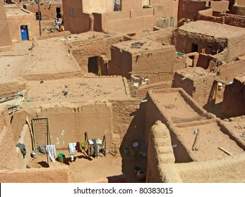 A horizontal overview of mud and stone housing in Agadez, Niger