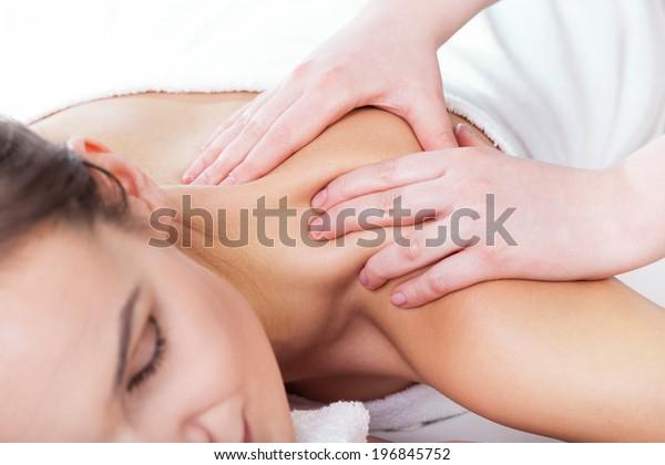 Horizontale Sicht der Hände, die den weiblichen Hals massieren