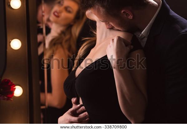 2人の恋人がティルティリング中にエロティックなポーズで横に表示