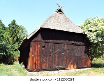 Horse heads as gable decoration -  Crossed boards with carved horse heads on the gable of a traditional Lower German shed or hall house. Hermannsburg, Germany, 05.27.2018