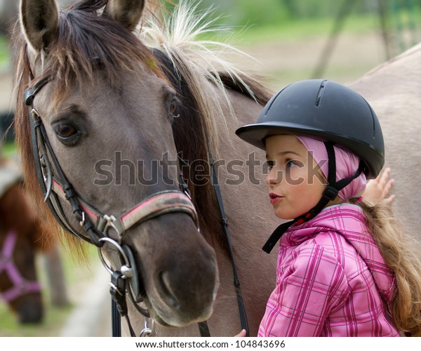 馬のひそひそ声 – 馬と愛らしい娘 – 親友