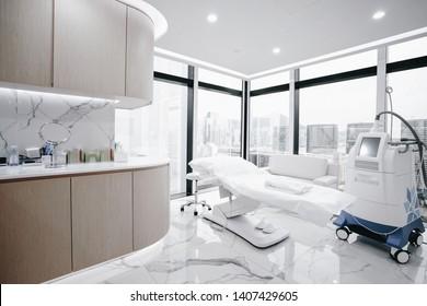 Krankenhausinnenausstattung mit Operationstisch, Lampen und hochmodernen Geräten, Technologie in der modernen Klinik.