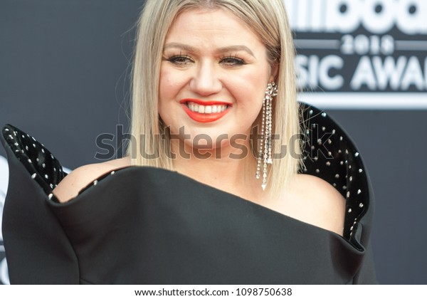 Host Kelly Clarkson attends the Red Carpet at the 2018 Billboards Music Awards at the MGM Grand Arena in Las Vegas, Nevada USA on May 20th 2018