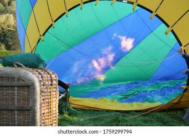 Ballon à air chaud avec panier au sol et brûleur à gaz en fonctionnement