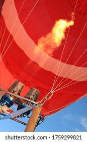 Ballon à air chaud avec flamme allumée par un brûleur à gaz